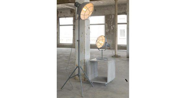 Vloerlamp 3-poot met raster in industry concrete. / Grijs